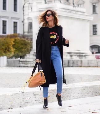 Светло-коричневая кожаная большая сумка: с чем носить и как сочетать: Если в одежде ты делаешь ставку на комфорт и практичность, черное пальто и светло-коричневая кожаная большая сумка — замечательный выбор для привлекательного образа на каждый день. Очень уместно здесь будут смотреться черные кожаные ботильоны.
