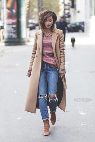 Как и с чем носить: бежевое пальто, розовый свитер с круглым вырезом в горизонтальную полоску, синие рваные джинсы, коричневые замшевые ботильоны