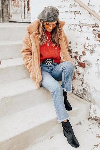 Как и с чем носить: светло-коричневое флисовое пальто, красный свитер с круглым вырезом, голубые джинсы, черные бархатные ботильоны