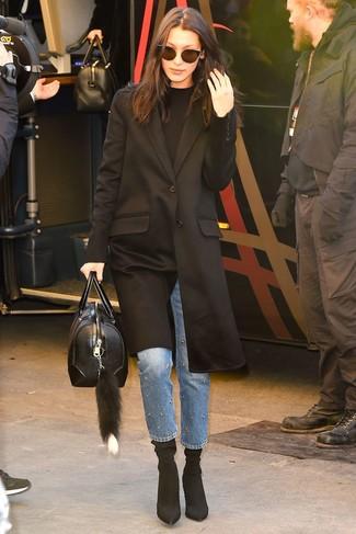 Как и с чем носить: черное пальто, черный свитер с круглым вырезом, синие джинсы с украшением, черные ботильоны на резинке
