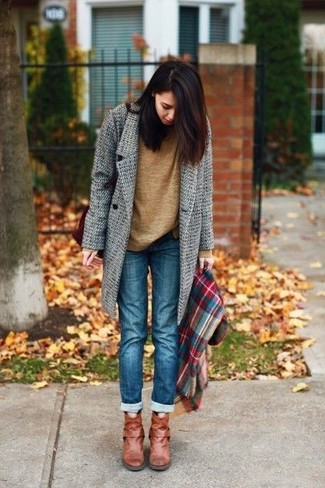 Как и с чем носить: серое пальто, коричневый свитер с круглым вырезом, синие джинсы, табачные кожаные ботильоны