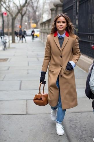Как Miroslava Duma носит Светло-коричневое пальто, Темно-серый свитер с круглым вырезом, Голубая классическая рубашка, Синие джинсы-бойфренды