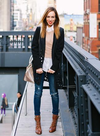 Как и с чем носить: черное пальто с вырезом, светло-коричневый свитер с круглым вырезом, белая классическая рубашка в вертикальную полоску, синие рваные джинсы скинни