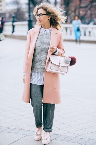 Как и с чем носить: розовое пальто, серый свитер с круглым вырезом, бело-темно-синяя классическая рубашка в вертикальную полоску, серые шерстяные широкие брюки