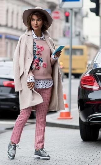 Как и с чем носить: розовое флисовое пальто, розовый свитер с круглым вырезом с вышивкой, белая классическая рубашка с принтом, розовые брюки-галифе в клетку