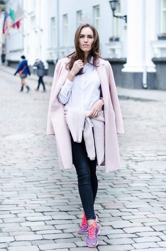 Как и с чем носить: розовое пальто, бежевый свитер с круглым вырезом, белая классическая рубашка, темно-синие джинсы скинни