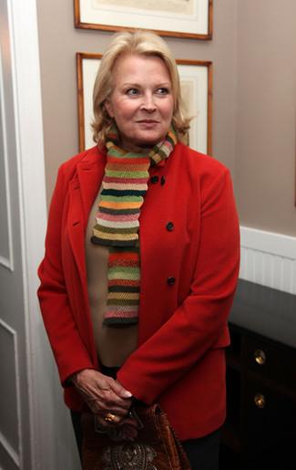 Как и с чем носить: красное пальто, светло-коричневый свитер с круглым вырезом, черные классические брюки, коричневая кожаная сумка-саквояж