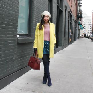 Как и с чем носить: желтое пальто, розовый свитер с круглым вырезом, темно-бирюзовая короткая юбка-солнце, темно-синие замшевые ботфорты