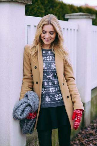 Как и с чем носить: светло-коричневое пальто, серый свитер с круглым вырезом с жаккардовым узором, черная короткая юбка-солнце, красные шерстяные перчатки с жаккардовым узором