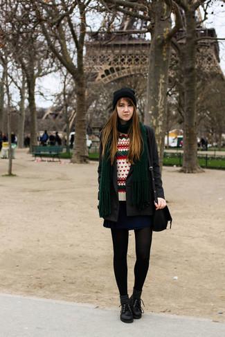 Как и с чем носить: темно-серое пальто, белый свитер с круглым вырезом с жаккардовым узором, темно-синяя короткая юбка-солнце, черные кожаные оксфорды