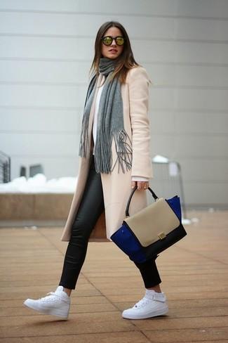 Как и с чем носить: бежевое пальто, белый свитер с круглым вырезом, черные кожаные леггинсы, белые кожаные высокие кеды