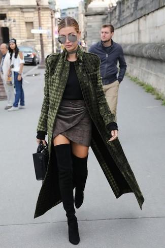 Как и с чем носить: оливковое бархатное пальто, черный свитер с круглым вырезом, темно-серая бархатная мини-юбка, черные замшевые ботфорты