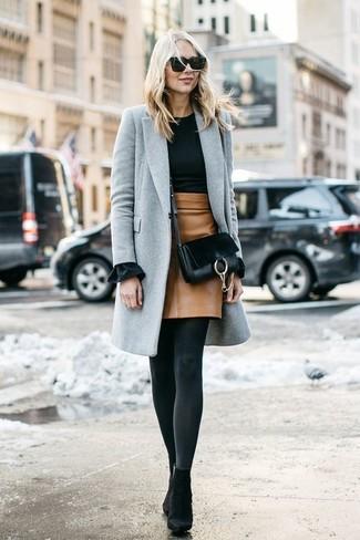 Как и с чем носить: серое пальто, черный свитер с круглым вырезом, светло-коричневая кожаная мини-юбка, черные замшевые ботильоны