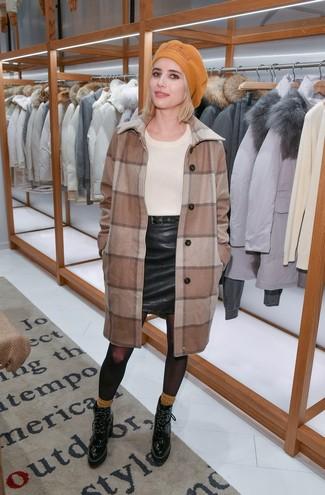Как и с чем носить: коричневое пальто в клетку, бежевый свитер с круглым вырезом, черная кожаная мини-юбка, черные кожаные ботильоны на шнуровке