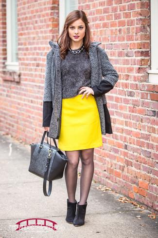 """Как и с чем носить: темно-серое пальто с узором """"в ёлочку"""", темно-серый пушистый свитер с круглым вырезом, желтая кожаная мини-юбка, черные замшевые ботильоны"""