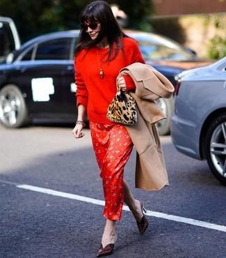 Как и с чем носить: светло-коричневое пальто, красный свитер с круглым вырезом, красное шелковое платье-макси с принтом, темно-красные кожаные сабо