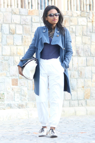 Как и с чем носить: синее пальто, темно-синий свитер с круглым вырезом, белые спортивные штаны, серебряные кожаные оксфорды
