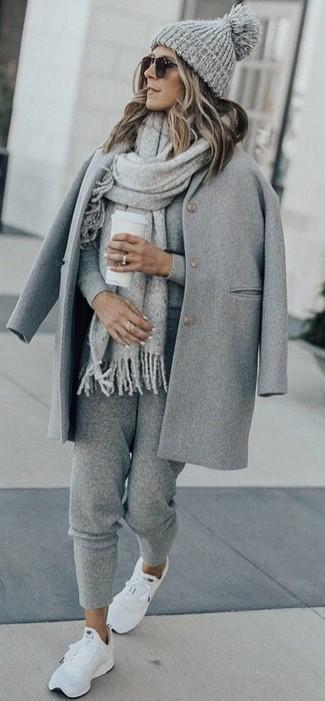 Как и с чем носить: серое пальто, серый свитер с круглым вырезом, серые спортивные штаны, белые кроссовки