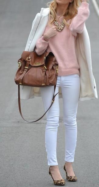 Как и с чем носить: белое пальто, розовый свитер с круглым вырезом, белые узкие брюки, светло-коричневые замшевые туфли с леопардовым принтом