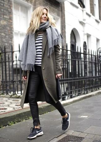 Как и с чем носить: оливковое пальто, бело-черный свитер с круглым вырезом в горизонтальную полоску, черные кожаные узкие брюки, черно-белые кроссовки