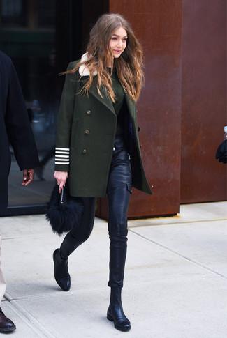 Как и с чем носить: темно-зеленое пальто, темно-зеленый свитер с круглым вырезом, черные кожаные узкие брюки, черные кожаные ботинки челси