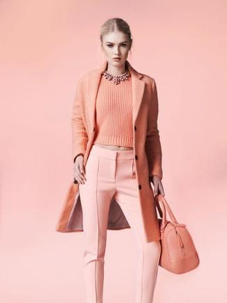 Как и с чем носить: розовое пальто, розовый свитер с круглым вырезом, розовые узкие брюки, розовая кожаная большая сумка