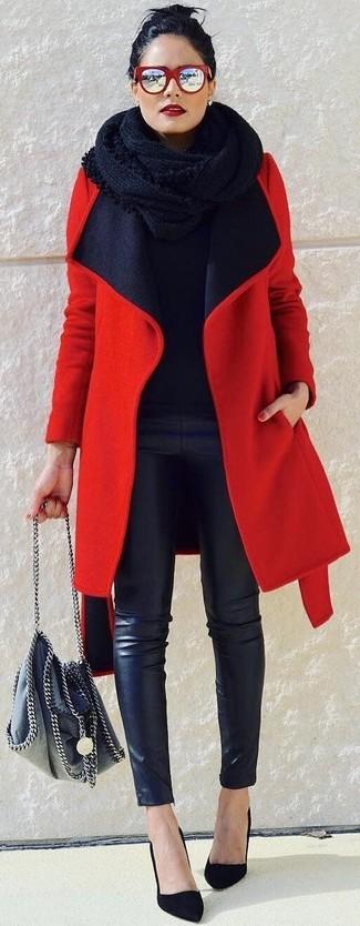 Как и с чем носить: красное пальто, черный свитер с круглым вырезом, черные кожаные узкие брюки, черные замшевые туфли
