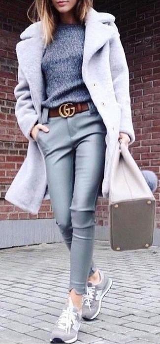 Как и с чем носить: серое пальто, серый свитер с круглым вырезом, серые кожаные узкие брюки, серые замшевые низкие кеды