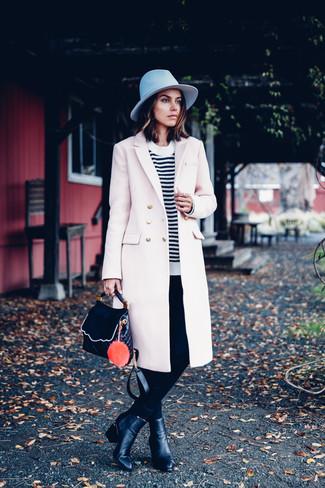 Как и с чем носить: бежевое пальто, бело-черный свитер с круглым вырезом в горизонтальную полоску, черные узкие брюки, черные кожаные ботильоны