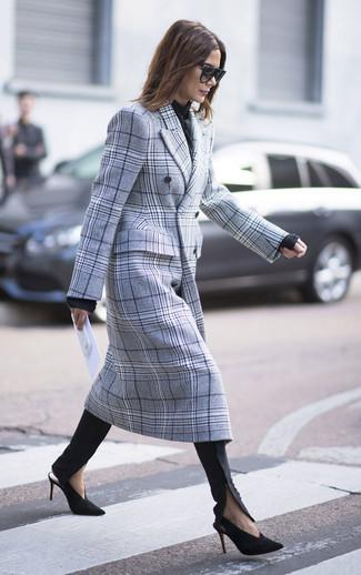 Как и с чем носить: серое пальто в шотландскую клетку, черный свитер с круглым вырезом, черные узкие брюки, черно-золотые замшевые туфли