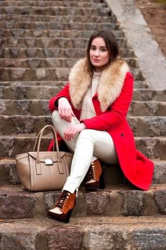 С чем носить табачные замшевые ботильоны на шнуровке: Тандем красного пальто и белых кожаных узких брюк поможет выглядеть аккуратно, но при этом подчеркнуть твою индивидуальность. Пара табачных замшевых ботильонов на шнуровке выгодно интегрируется в этот ансамбль.