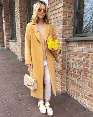 Как и с чем носить: желтое пальто, розовый свитер с круглым вырезом, белая футболка с круглым вырезом, розовые брюки чинос