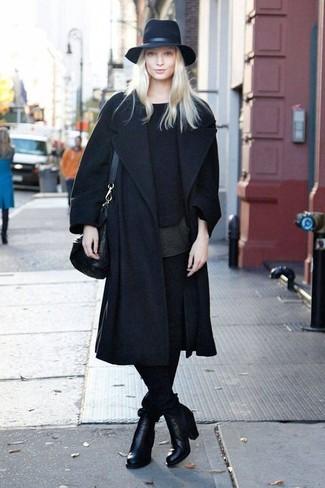 С чем носить черную футболку с круглым вырезом женщине: Черная футболка с круглым вырезом и черные узкие брюки — необходимые предметы в гардеробе барышень с отменным вкусом в одежде. Черные кожаные ботильоны отлично впишутся в лук.