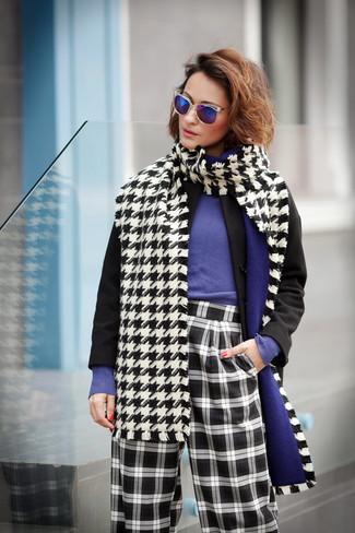 """Как и с чем носить: черное пальто, фиолетовый свитер с круглым вырезом, черно-белые широкие брюки в клетку, бело-черный шарф с узором """"гусиные лапки"""""""