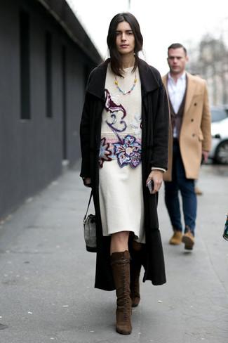 Как и с чем носить: черное пальто, белый свитер с круглым вырезом с вышивкой, белая шерстяная юбка-карандаш, темно-коричневые замшевые сапоги