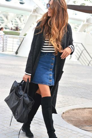 Модный лук: Темно-серое вязаное пальто, Бело-черный свитер с круглым вырезом в горизонтальную полоску, Синяя джинсовая юбка на пуговицах, Черные замшевые ботфорты