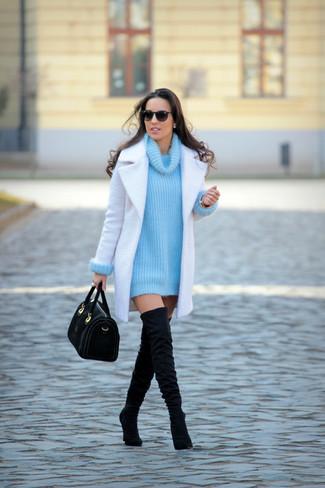 Как и с чем носить: белое пальто, бирюзовый вязаный свитер с хомутом, черные замшевые ботфорты, черная замшевая сумка-саквояж
