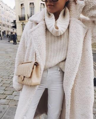 С чем носить бежевую кожаную стеганую сумку через плечо: Белое флисовое пальто и бежевая кожаная стеганая сумка через плечо — превосходная формула для создания модного и удобного наряда.