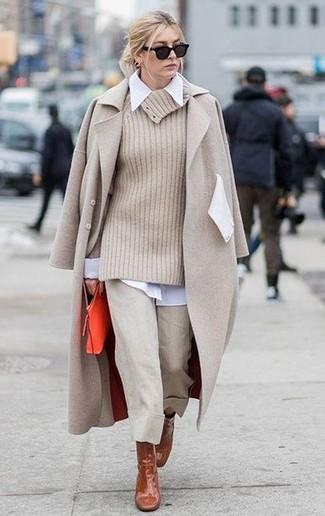 Как и с чем носить: бежевое пальто, бежевый свитер с хомутом, белая классическая рубашка, бежевые брюки-кюлоты