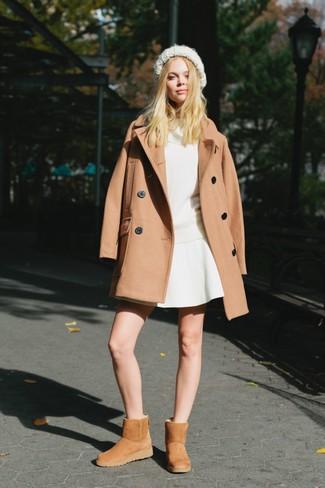 Светло-коричневые угги: с чем носить и как сочетать: Светло-коричневое пальто в сочетании с белой короткой юбкой-солнце поможет подчеркнуть твой особый стиль. Такой лук несложно приспособить к повседневным нуждам, если надеть в паре с ним светло-коричневые угги.