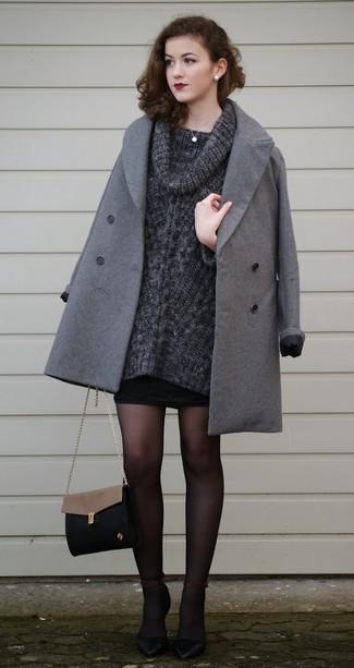 Как и с чем носить: серое пальто, темно-серый свитер с хомутом, черная мини-юбка, черные кожаные туфли