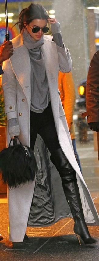 Как Kendall Jenner носит Серое пальто, Серый свитер с хомутом, Черные узкие брюки, Черные кожаные ботфорты