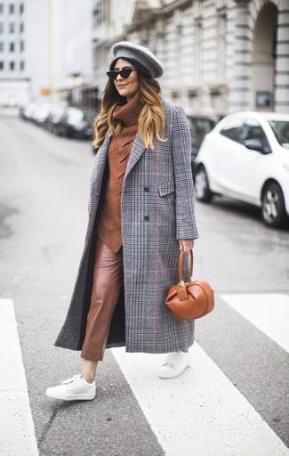 Как и с чем носить: серое пальто в шотландскую клетку, табачный свитер с хомутом, коричневые кожаные узкие брюки, белые кожаные низкие кеды