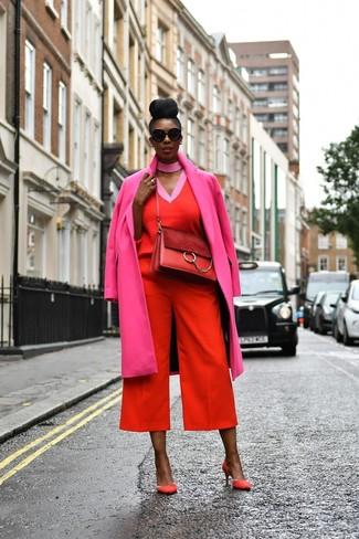 Как и с чем носить: ярко-розовое пальто, красный свитер с v-образным вырезом, красные брюки-кюлоты, красные замшевые туфли