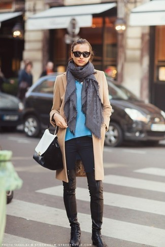 Модный лук: Светло-коричневое пальто, Синий свитер с v-образным вырезом, Черные джинсы скинни, Черные кожаные ботфорты