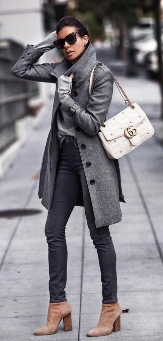 Как и с чем носить: серое пальто, серый свитер с v-образным вырезом, черные джинсы скинни, светло-коричневые замшевые ботильоны