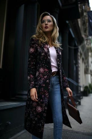 С чем носить голубые джинсы скинни: Черное пальто с цветочным принтом и голубые джинсы скинни — идеальный ансамбль, если ты хочешь составить непринужденный, но в то же время стильный лук.
