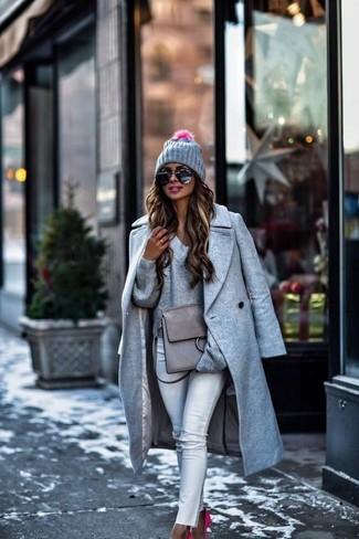 Как и с чем носить: серое пальто, серый свитер с v-образным вырезом, белые джинсы скинни, ярко-розовые замшевые туфли