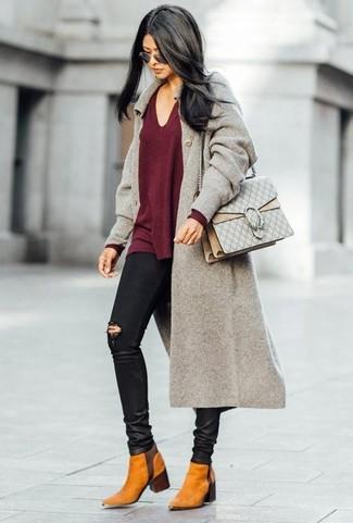 Как и с чем носить: серое пальто, темно-красный свитер с v-образным вырезом, черные рваные джинсы скинни, табачные замшевые ботинки челси