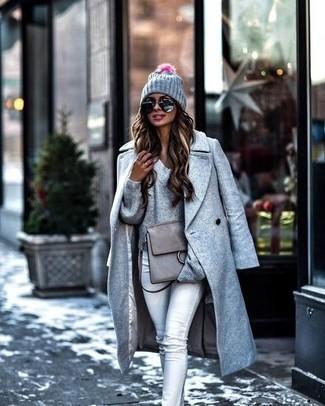 Как и с чем носить: серое пальто, серый свитер с v-образным вырезом, серые джинсы скинни, серая кожаная сумка-саквояж